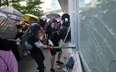Batalla campal en el Parlamento de Hong Kong
