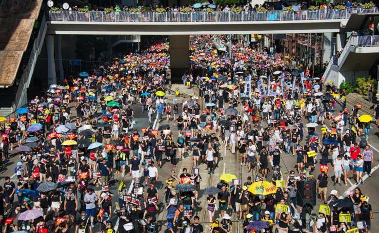 Mega manifestación en Hong kong: asaltan el Parlamento en el aniversario de la cesión a China