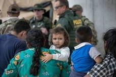 Éxodo de inmigrantes mexicanos para intentar entrar en Estados Unidos tras cruzar el Río Grande