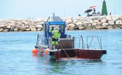 Los barcos de limpieza del litoral occidental recogen 77 metros cúbicos de residuos en el arranque del verano