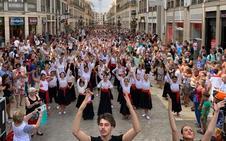 Miles de personas bailan por malagueñas en calle Larios