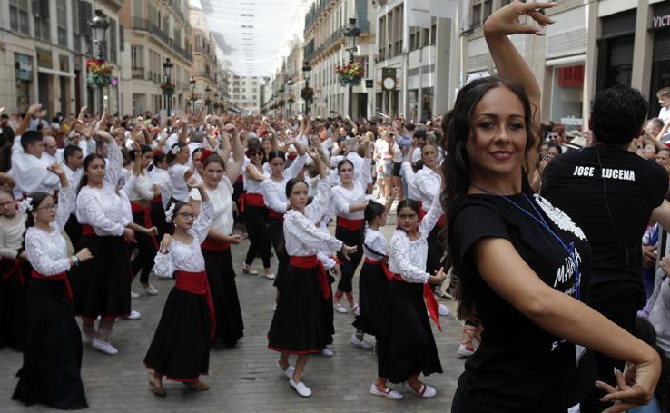 Cerca de 5.000 personas bailan por malagueñas en calle Larios en un flashmob multitudinario