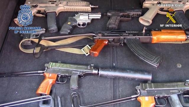 Localizan un arsenal de armas de guerra tras desarticular una red criminal holandesa en Málaga