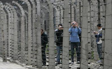 Auschwitz busca acabar con los selfis y las «bromas estúpidas» de sus 2 millones de turistas