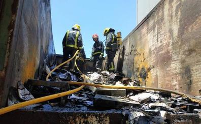 Bomberos extinguen un incendio de papel y madera en una cuba en el PTA