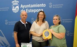 Dona al Ayuntamiento de Estepona un desfibrilador tras perder a su hijo por un infarto