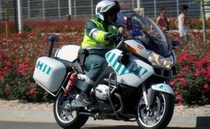 Empresarios de Conil compran una docena de cascos a la Guardia Civil para patrullar en verano