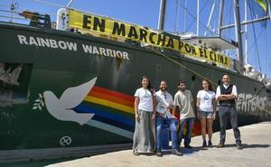 El buque Rainbow Warrior hace escala en Málaga dentro de la campaña 'En marcha por el clima'