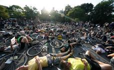 Protesta de 'bicis caídas' contra las muertes en carretera en Nueva York