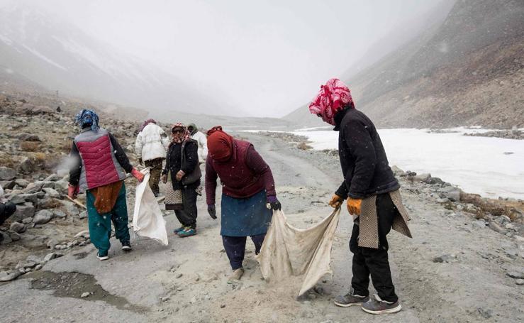 ¿Cómo es la vida reparando carreteras a 5.360 metros de altura en el Himalaya?