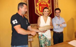 Dona un núcleo de sílex que halló cuando recogía setas al Museo Municipal de Ronda