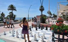Comienzan las partidas de ajedrez en los tableros del paseo marítimo de Estepona