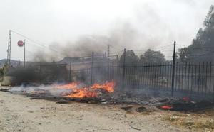 Efectivos de emergencias sofocan un incendio en Málaga