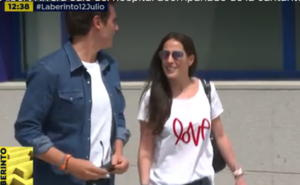 Albert Rivera abandona el hospital acompañado de la cantante Malú