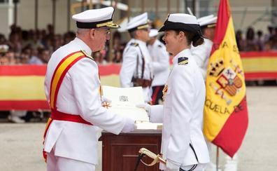 Una mujer, por primera vez número uno en la promoción a sargento