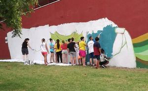 Pintan una fachada deteriorada en Nueva Málaga