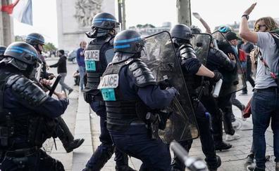 La tensión entre policías y manifestantes empaña el desfile del 14 de julio en Francia