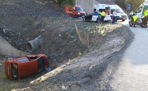 Un conductor se precipita por una pendiente y vuelca su coche en la A-45