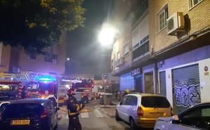 Una niña de dos años y su madre, atendidas por inhalación de humo en el incendio de un piso en la capital
