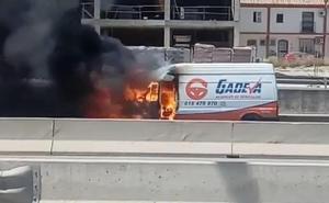 Arde una furgoneta en la A-7 en Estepona y genera tres kilómetros de atascos