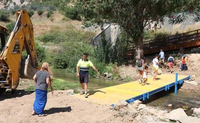 La Legión instala un puente provisional para acceder a la Cueva del Gato