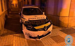 Detienen a un peligroso delincuente tras embestir con un coche robado un vehículo policial en Málaga