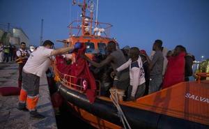 Llegan al puerto de Málaga 112 migrantes de dos pateras y buscan otras dos en el Mar de Alborán