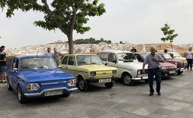 Medio centenar de vehículos antiguos se reúnen en Antequera