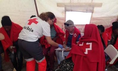 Rescatados tres migrantes en una embarcación hinchable de juguete en el Estrecho