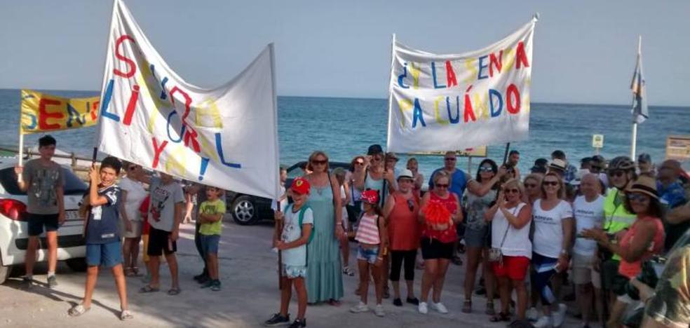 Vecinos de Benajarafe, Valle-Niza y Chilches protestan por el retraso de la Senda Litoral