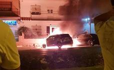 Tres coches calcinados y otro afectado por un incendio en Málaga