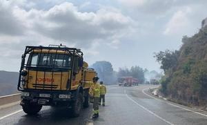 Un coche se incendia en la carretera y origina un fuego forestal en Ojén