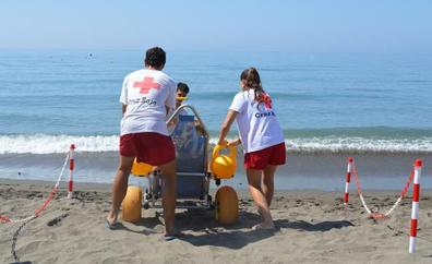 Rincón de la Victoria mejora los puntos de accesibilidad destinados al baño de personas con movilidad reducida en las playas