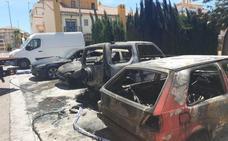 Arden cuatro vehículos en Algarrobo y los vecinos denuncian que hay un pirómano suelto