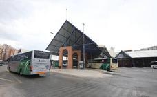 La Junta y las empresas ponen en marcha refuerzos de autobuses para ir a la playa desde los municipios del interior