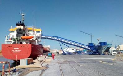 El tráfico de clínker vuelve al Puerto de Málaga tras el montaje de una cinta transportadora pionera