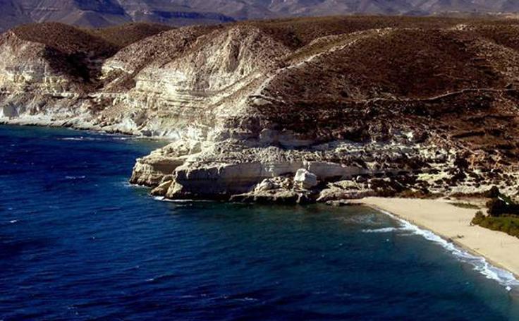 40 playas andaluzas con bandera azul para bañarse este verano