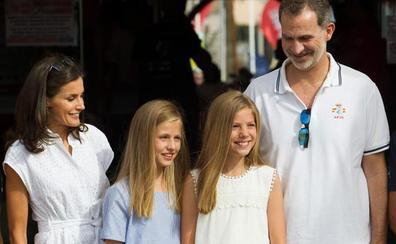 Jornada en el náutico de los reyes y sus hijas para empezar las vacaciones