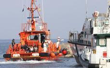 Hasta 53 menores no acompañados rescatados en una patera en aguas del Estrecho