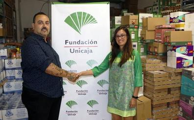La Fundación Unicaja apoya a Las Lagunillas Centro para continuar con el reparto de alimentos de su economato