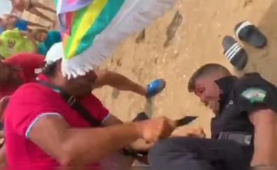 El subinspector de la Policía Local de Punta Umbría, apuñalado por un vendedor ilegal en la playa
