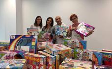 Ayuca entrega material a la ludoteca del Hospital de la Serranía
