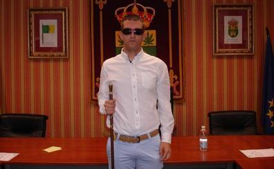 El alcalde ciego de un pueblo manchego: «No puedo defraudar»