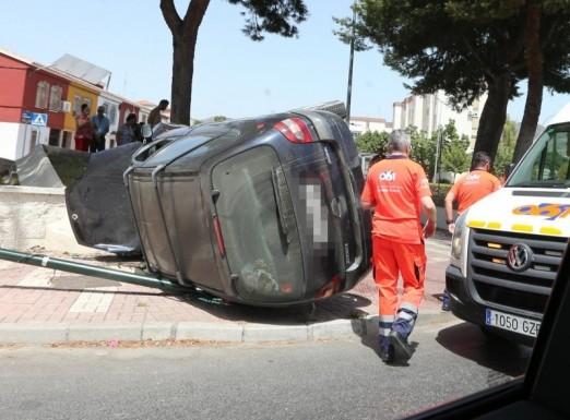 Aparatoso vuelco de un vehículo en una rotonda a la entrada de la barriada Palma-Palmilla