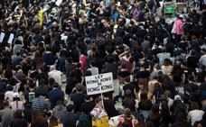 Sentada en el aeropuerto de Hong Kong antes de una nueva ola de protestas