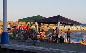 Pedregalejo: carpas y altavoces en la playa