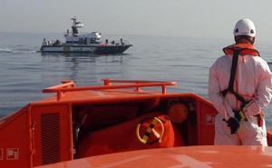 Rescatan a cinco personas, tres de ellas menores, que iban en colchonetas y tenían problemas para salir del mar en Guadalmar