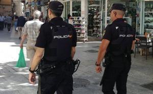 Prisión para dos jóvenes por asaltar en el centro de Málaga a un hombre con la técnica del 'mataleón'