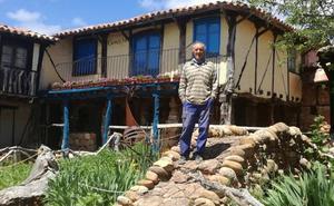 Félix Yáñez ha construido con sus manos una aldea medieval en Burgos: «Mi pueblo huele a tierra»