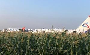 Un avión con más de 200 pasajeros aterriza de emergencia en una plantación poco después de salir de Moscú